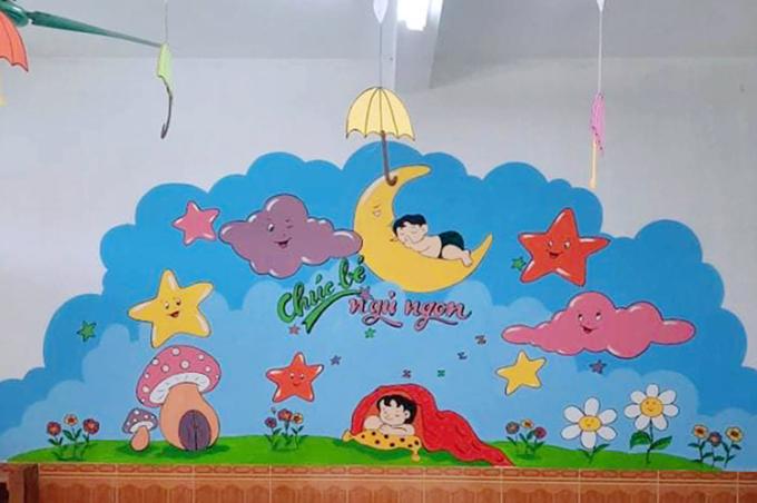 Một bức bích họa về chủ đề sinh hoạt của trẻ em được anh Lợi hoàn thiện tại khu cách ly trường Mầm non Sơn Trung. Ảnh: Hùng Lê