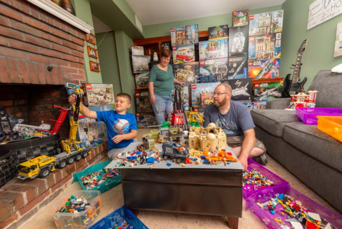Anh Will và con trai đều nghiện Lego. Ảnh: Washington Post.