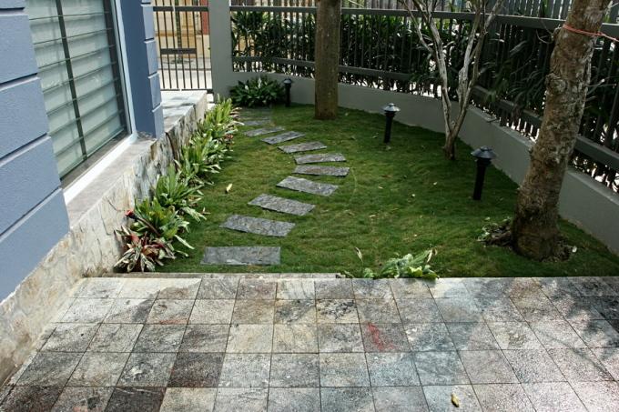 Hiên nhà, sân vườn dùng đá tự nhiên và nhám để chống trơn trượt.