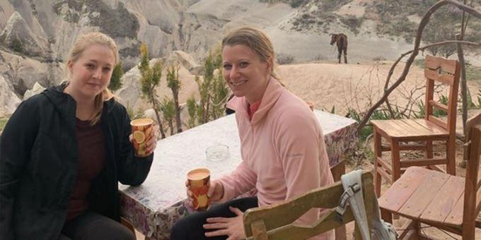 Sophie Miller (trái) và Kristen Bishop (phải) tận hưởng kỳ nghỉ ở Thổ Nhĩ Kỳ ngay sau khi đá gã bạn trai bắt cá hai tay của mình. Ảnh: Kennedy News and Media