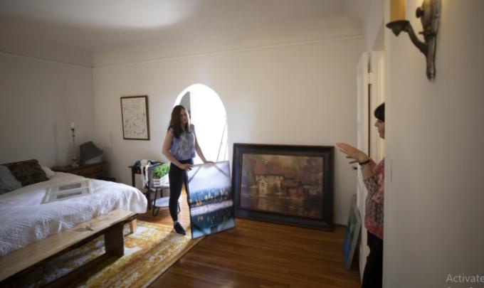 Mẹ giúp Melissa trang trí lại căn hộ khi chuyển khỏi nhà bố mẹ sau một năm sống cùng. Ảnh: Latimes.
