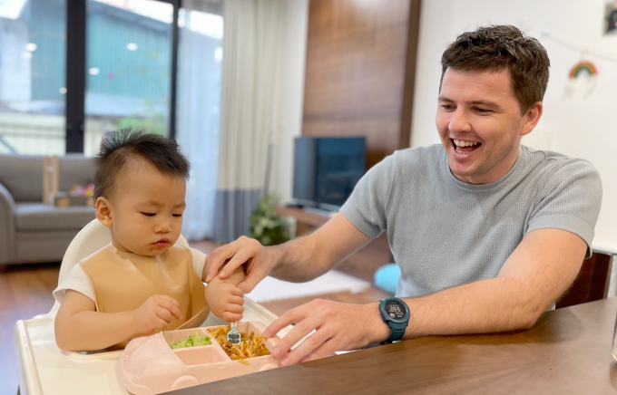 Anh John chuẩn bị đồ ăn cho con bữa tối 21/6. Cậu bé có lịch ăn cố định vào 18h và đi ngủ lúc 19h30