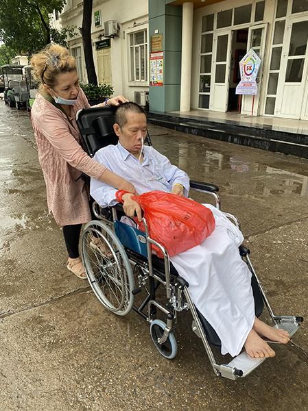 Bà Svetlana Nguyen và chồng, ông Nguyễn Văn Thắng khi đang điều trị đột quỵ tại bệnh viện. Hai mươi năm qua, người đàn ông Hà Nội đã đột quỵ 4 lần, nhiều lần thập tử nhất sinh. Ảnh: Suzana Nguyễn.