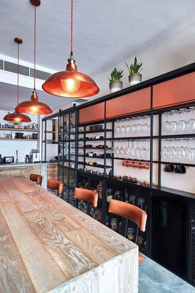 Các ngăn, kệ ở khu quầy bar phải dựa trên quy trình pha chế của người sử dụng. Ảnh: Home & Decor.