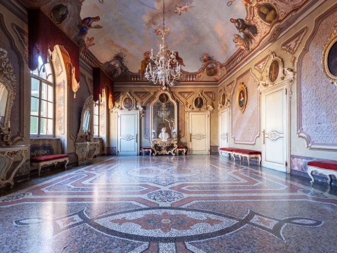 Một phòng khiêu vũ của gia đình có kiến trúc cổ, trần nhà vẽ bích họa. Ảnh: Insider.