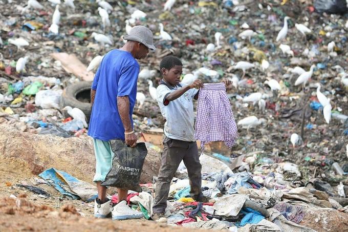 Do Covid-19, ngày càng có nhiều đứa trẻ phải bỏ học, mưu sinh trên bãi rác. Ảnh: AFP.
