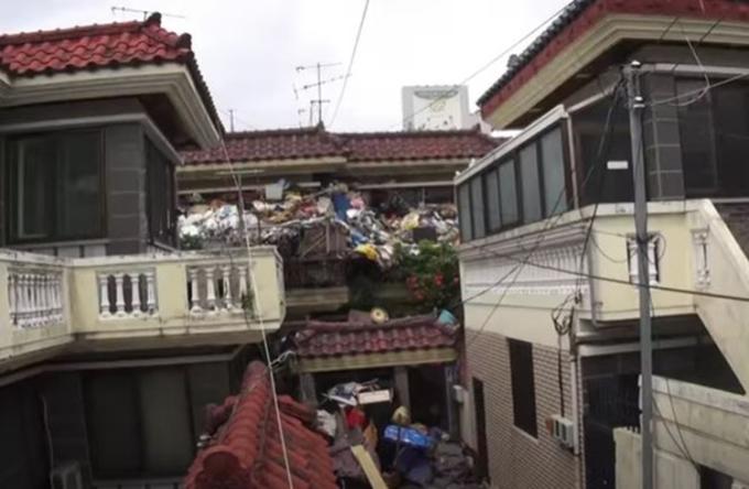 Căn nhà 2 tầng ngập rác của ông Choi nhìn từ xa. Ảnh: SBS
