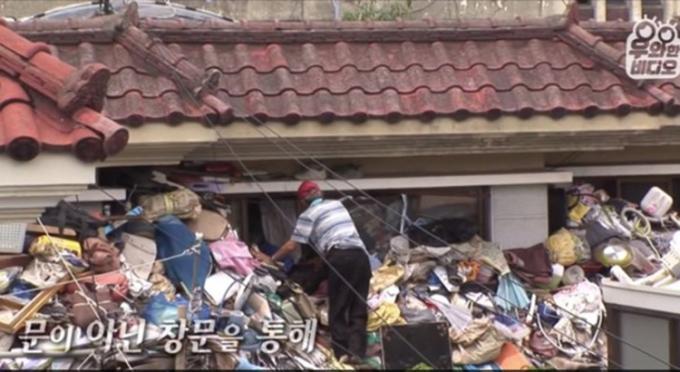 Hàng ngày, ông Choi 75 tuổi đều mang rác về nhà tích, làm của để dành cho con trai nếu vợ chồng ông qua đời. Ảnh: SBS