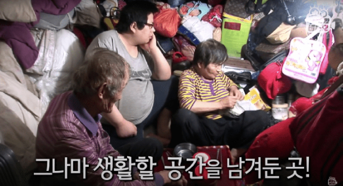 Gia đình ông Choi sinh hoạt trong không gian nhỏ hẹp, xung quanh chứa đầy rác trước khi căn nhà được dọn dẹp sạch sẽ. Ảnh: SBS