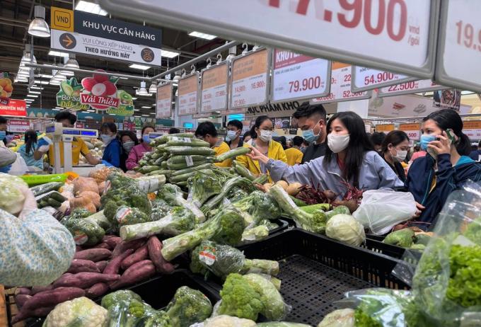 Người dân đổ xô đi siêu thị mua lương thực dự trữ.