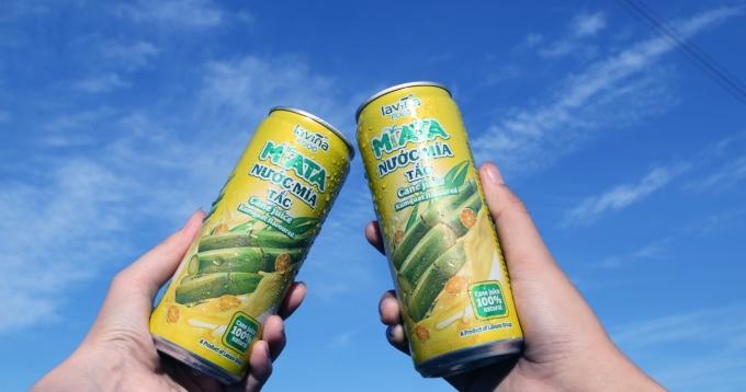 Sản phẩm nước mía tươi MiATA vị tắc của nhà máy Lavina Food. Chất chua nhẹ của tắc và ngọt thanh từ mía sẽ cân bằng hương vị, sảng khoái khi thưởng thức.
