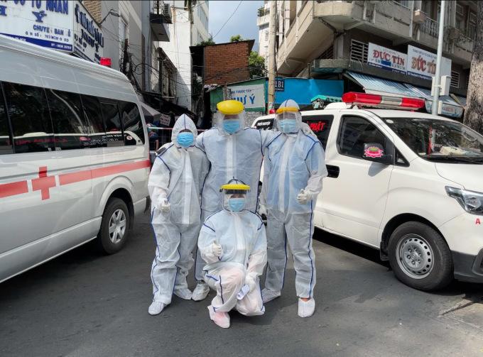 Anh Trí (ngoài cùng bên phải) cùng những người trong nhóm thiện nguyện Nhất Tâm lái xe cứu thương miễn phí đưa người đi cách ly. Ảnh: Nhân vật cung cấp.