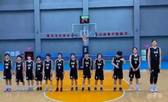 Trương Tử Du (ngoài cùng bên phải) và các bạn trong đội tuyển bóng rổ U15. Ảnh: QQ.