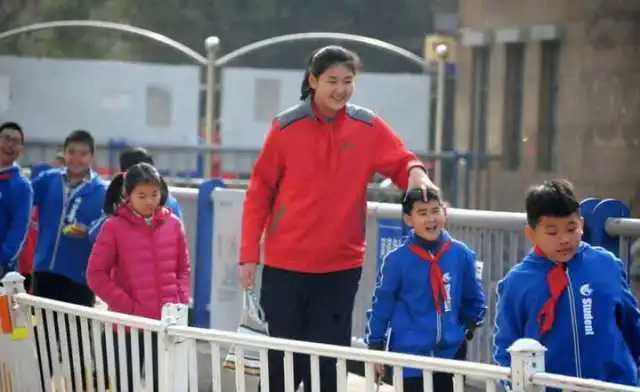 Trương Tử Du (áo đỏ) được coi là bé gái cao nhất thế giới. Ảnh: QQ.
