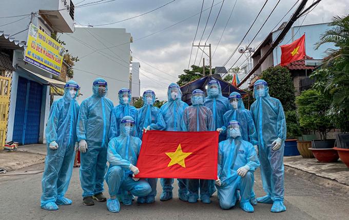 Bức ảnh này kỷ niệm 1 tháng Nguyễn Ái Thoại tham gia đội tình nguyện thành đoàn Thành phố Hồ Chí Minh. Đăng ảnh lên trang cá nhân, nữ sinh viên năm nhất viết: Tình trong ngực và Đất nước trên vai.