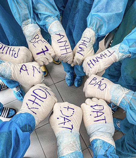 Nhóm tình nguyện của Võ Phi Thành Đạt có 17 người, chỉ có 4 nữ. Hơn 2 tháng qua, họ luôn ở trong tâm dịch giúp đỡ các y bác sĩ và người dân xét nghiệm Covid-19.