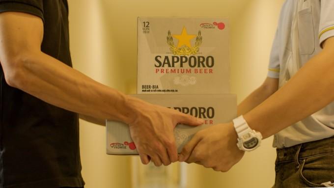 Dịch vụ giao bia nhanh đưa bia Sapporo Premium tới tận nhà người mua trong 1 giờ