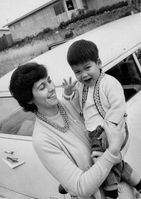 Roberts và mẹ nuôi khi ông còn nhỏ. Ảnh: Joel John Roberts.