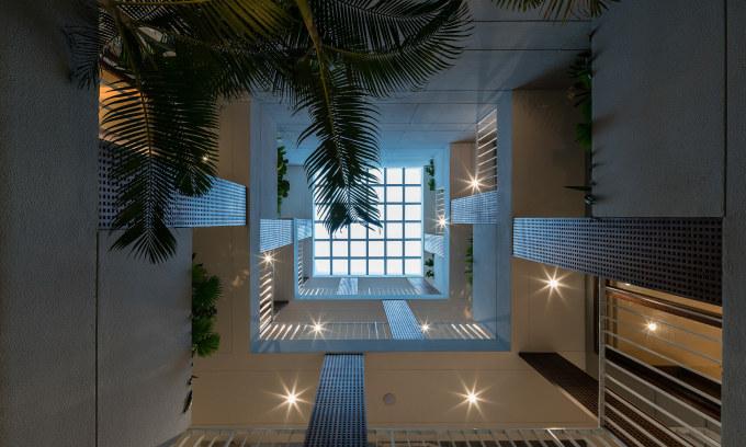 Mái kính lớn trên giếng trời cho phép gia chủ ngắm trời giữa nhà.