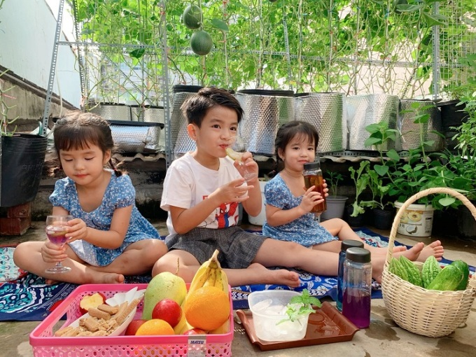Mr. Phan Nguyen's rooftop garden has a corner for his three children to have a picnic at home.  Photo: Thuy Tien.