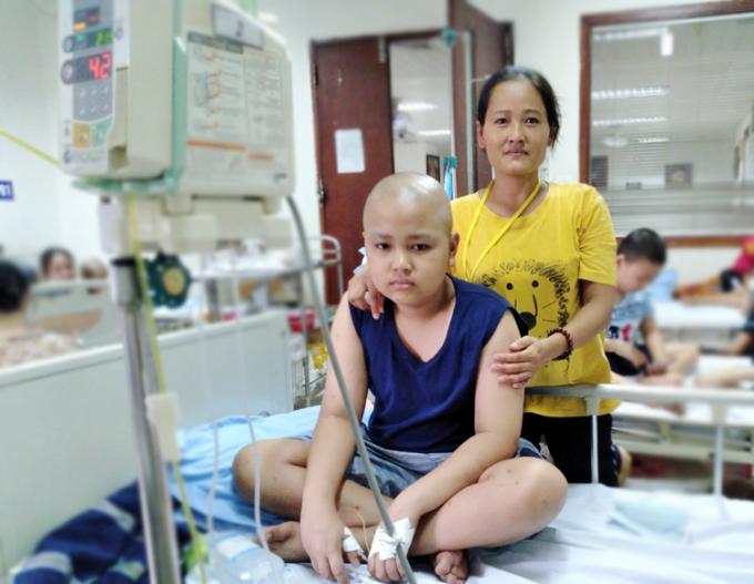 Chị Thu và con trai đang điều trị tại Viện Huyết Học truyền máu Trung Ương. Ảnh: Nhân vật cung cấp.