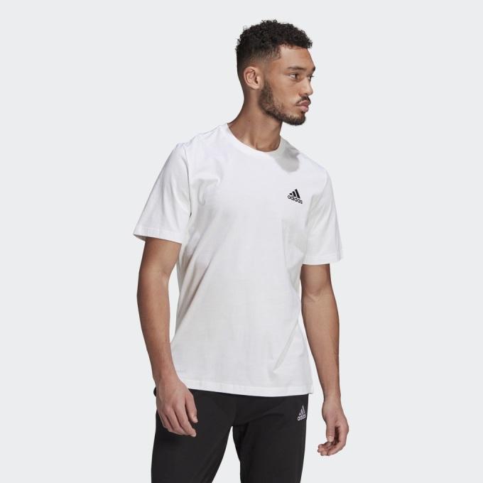 Áo thun Adidas thêu logo T-Shirt GK9640 giảm còn 550.000 đồng (giá gốc 1,1 triệu đồng); chất liệu áo 70% cotton, 30% polyester tái chế dệt kim với logo Adidas thêu ở ngực trái. Áo làm từ vật liệu tái chế, thể hiện mong muốn của thương hiệu, hướng đến việc chấm dứt ô nhiễm nhựa.
