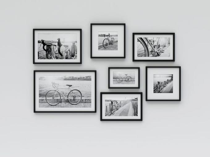 Bạn có thể treo ảnh du lịch, ảnh gia đình hay một chủ đề ảnh nào đó có ý nghĩa với bạn. Ảnh: Insider.