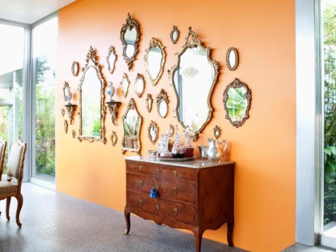Thêm gương hoặc tạo bức tường từ gương cũng là điều thú vị. Ảnh: Insider.