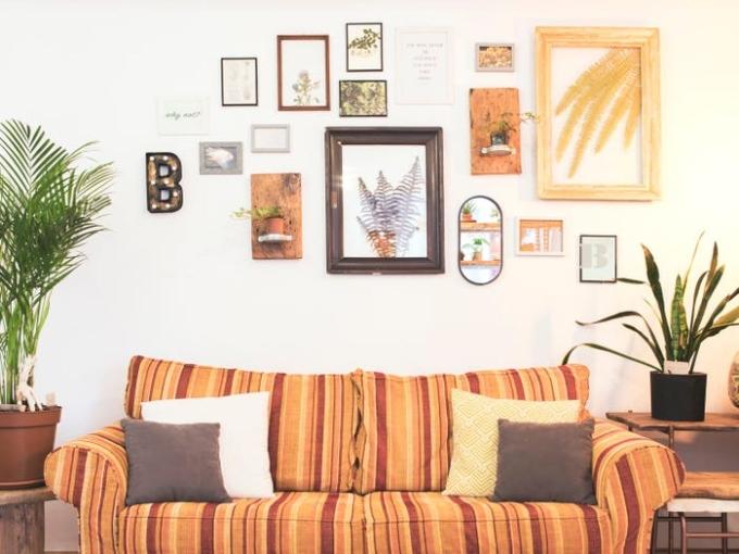 Trộn các bức tranh, kết cấu và phong cách khác nhau cho bạn bức tường thú vị. Ảnh: Insider.