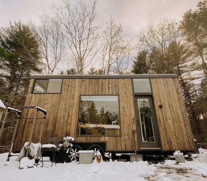 Ngôi nhà họ trong tuyết trắng. Hàng tháng họ chỉ cần trả tiền điện và phí đậu nhà. Ảnh: News.