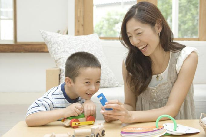 Mỗi hành động của đứa trẻ đều lấy cha mẹ làm đối tượng học hỏi tốt nhất, bởi vậy người xưa thường nói, muốn con mình trưởng thành ra sao, bản thân cha mẹ phải được như thế. Ảnh: sina.com
