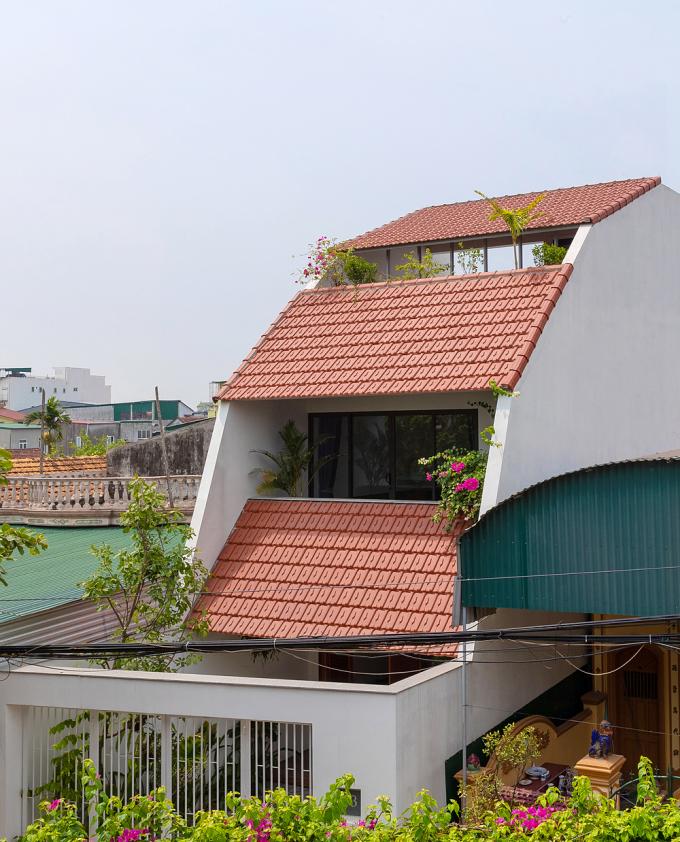 Mái ngói như cầu trượt tạo nên ba khoảng hiên cho ba tầng nhà.