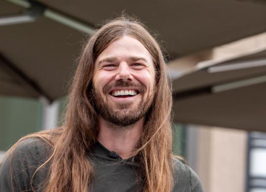 Anh Dan Price sáng lập công ty Gravity Payments vào năm 2004, hiện tại có trên 100 nhân viên. Anh gây chấn động vì đã tăng lương cho nhân viên từ  30.000 lên 70.000 USD, đồng thời giảm trên 90% lương của mình. Ảnh: Metro.