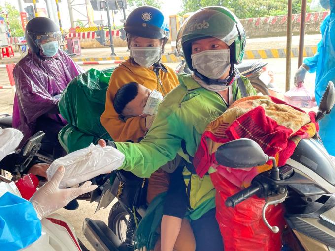 Trung úy Nguyễn Quỳnh cho biết những ngày gần đây, mỗi ngày có khoảng 3000 phần ăn các nhà hảo tâm mang đến chốt nhờ chuyển cho người đi đường. Ảnh: Nguyễn Quỳnh.