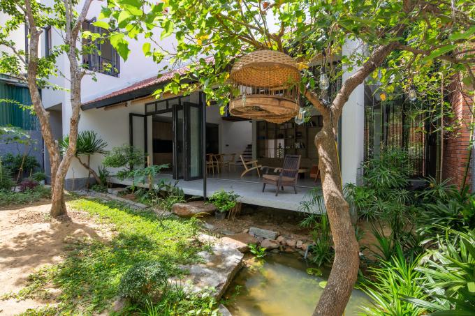 Khu vườn với cây xanh và hồ cá khiến gia chủ chỉ muốn ở nhà.