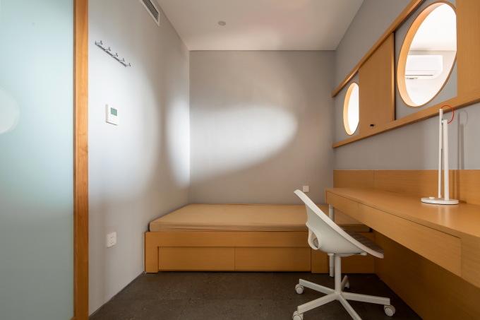 Phòng ngủ master cũ được chia làm hai phòng ngủ cho trẻ con, ở giữa là vách nhẹ có khoét ô cửa sổ.