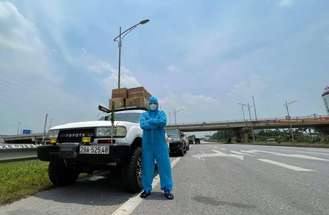 Tuấn Anh trong một chuyến đi tiếp tế lương thực cho tâm dịch Bắc Giang hồi tháng 5. Ảnh: Nhân vật cung cấp.