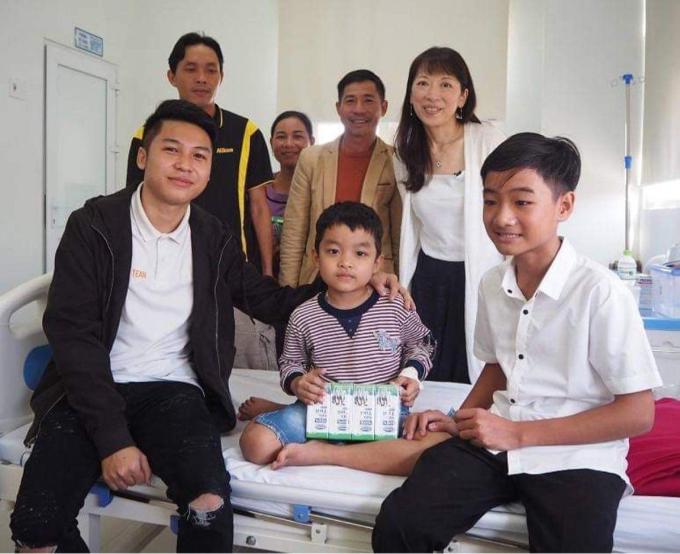 Nguyễn Anh Tài (đầu tiên bên trái) trở lại bệnh viện tặng quà và động viên những trẻ em ung thư và gặp lại mẹ Nhật. Ảnh: Anh Tài.