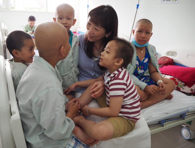Tất cả bệnh nhi ung thư tại Bệnh viện Trung ương Huế và cha mẹ của chúng luôn gọi chữ Watanabe là Mẹ. Ảnh: Kazuyo Watanabe.