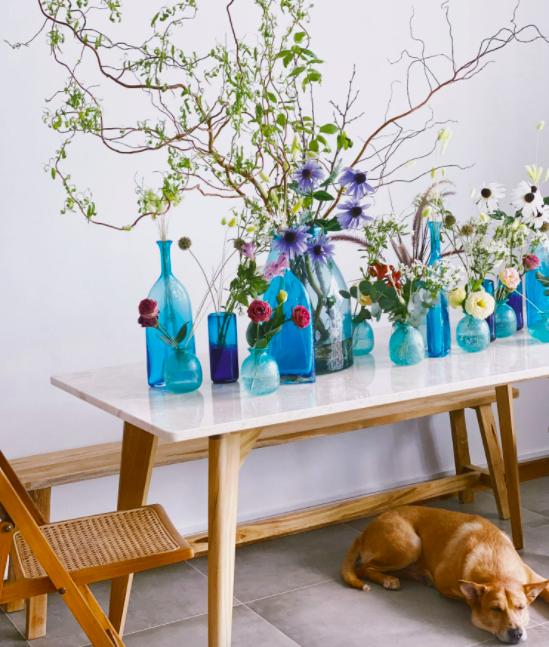 Nếu thích sáng tạo, gia chủ có thể cắm hoa thành nhiều lọ nhỏ. Ảnh: Tatler.