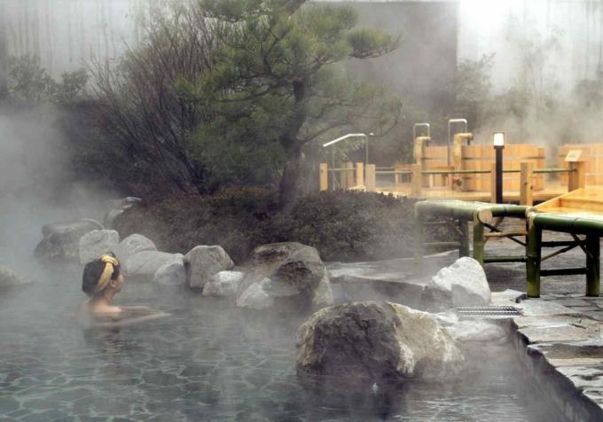 Một suối khoáng nóng ở Nhật Bản. Ảnh: Reuters.