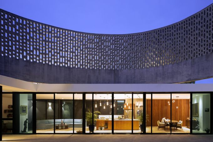 Không gian nhà được thiết kế mở để tăng kết nối giữa con người với thiên nhiên.