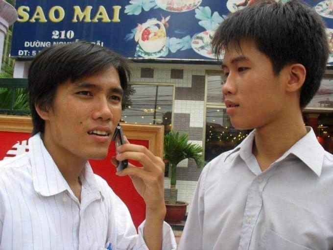 Thanh Tùng (phải) có xuất phát điểm đầu tiên trong tập đoàn lớp là nhân viên phát tờ rơi, khi là sinh viên năm nhất. Ảnh: Nhân vật cung cấp.