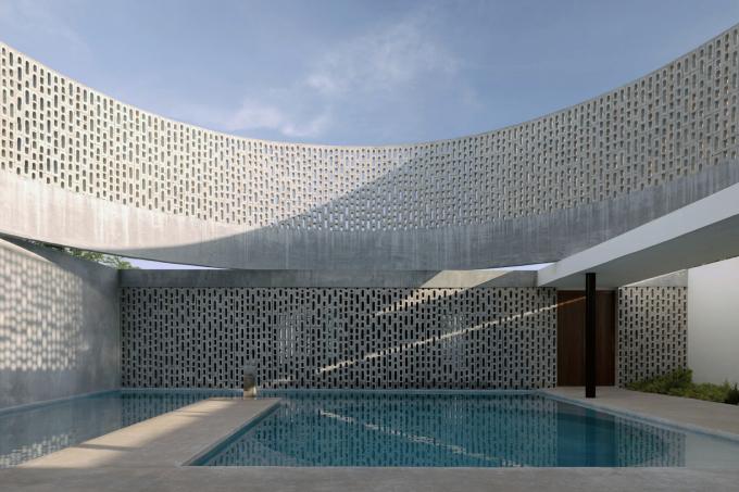 Bể bơi được bao quanh bởi những bức tường bê tông như pháo đài.