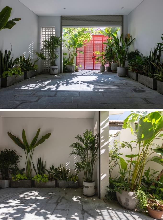 Khu vực để xe được bố trí đầy cây xanh để đem tới cảm giác thư giãn cho gia chủ ngay khi bước vào nhà.