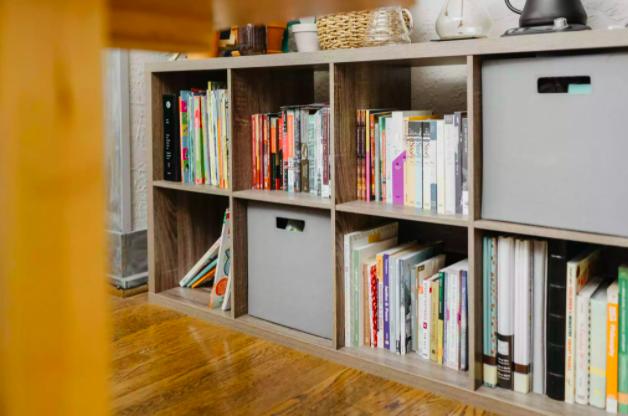 Tủ sách làm tăng khả năng chống ồn của các căn hộ tường mỏng. Ảnh: The Spruce.
