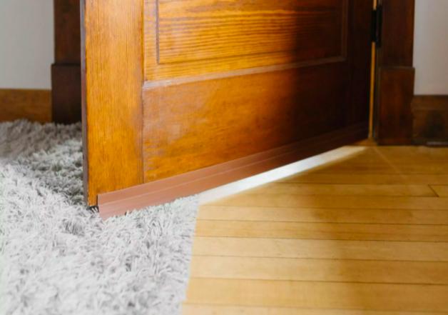 Thanh chắn khe cửa khiến âm thanh khó xâm nhập vào không gian bên trong. Ảnh: The Spruce.