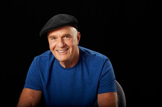 Tiến sĩ Wayne Dyer là một diễn giả truyền động lực người Mỹ. Ông cũng là tác giả của cuốn sách nổi tiếng Thay đổi tư duy, thay đổi cuộc sống.  Ảnh: amazon.com
