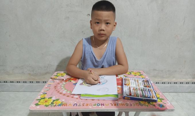 Trần Trung Hiếu, 6 tuổi năm nay vào lớp 1, nếu đủ sức khỏe để theo học. Mỗi tháng Hiếu phải xuống Hà Nội một lần để thực hiện theo phác đồ điều trị cho bệnh nhân ung thư máu. Ảnh: Nhân vật cung cấp.