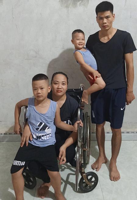 Gia đình 4 người của anh Tuyên, chị Minh và hai cậu con trai. Họ đang sinh sống tại xã Lập Ích, huyện Lập Thạch, tỉnh Vĩnh Phúc. Ảnh: Nhân vật cung cấp